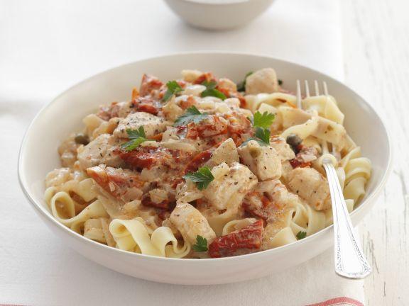 Pasta mit Hähnchen-Sahnesoße und getrockneten Tomaten